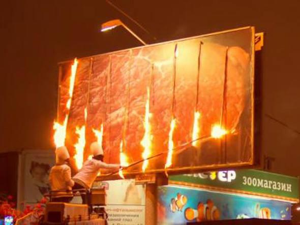 Agência grelha bife em outdoor para divulgar restaurante   Outdoor em BH, Contagem, Betim   Contagem Outdoor